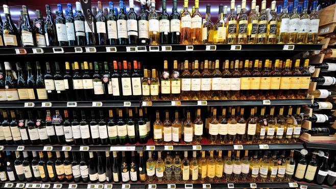 Un rayon de bouteilles de vin dans un supermarché de Bailleul (Nord), le 15 février 2012.