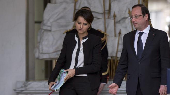 Najat Vallaud-Belkacem, porte-parole du gouvernement, et le président François Hollande, à la sortie du Conseil des ministres, le 3 juillet 2013, à Paris.