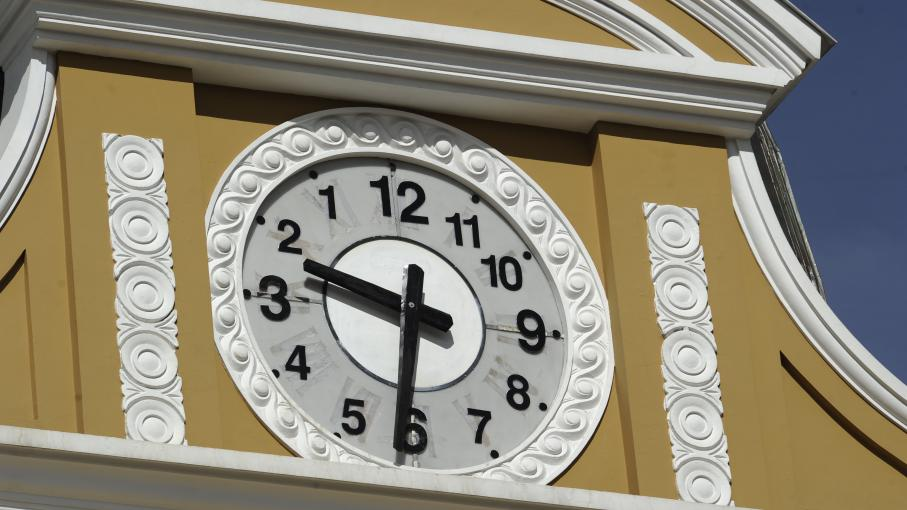 """L'horloge """"du Sud"""", sur lebâtiment du Congrès bolivien à La Paz, le 25 juin 2014."""