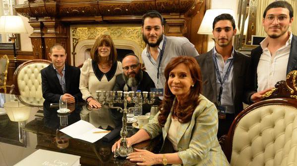 La présidente de l'Argentine (au centre) avec son filleulYair Tawil, le 23 décembre 2014, sur une photo mise en ligne sur son compte Twitter.