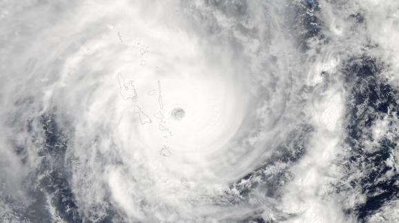 Le cyclone Pam lors de son passage sur l'archipel du Vanuatu, dans le Pacifique, dans la nuit du 13 au 14 mars 2015.