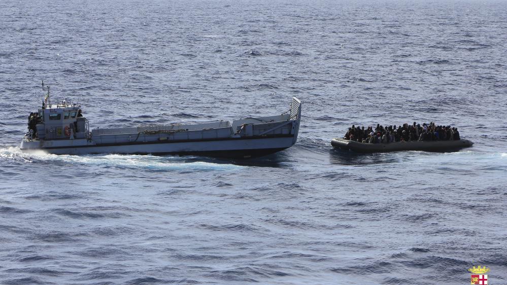 Une opération de sauvetage desgarde-côtes italiens, le 5 février 2014 au large de la Sicile.
