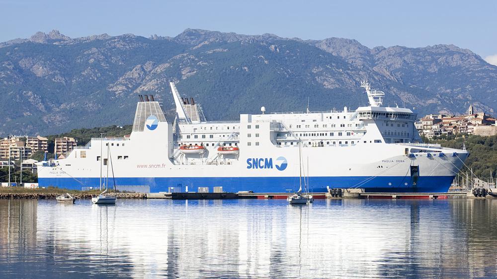 Un navire de la SNCM dans le porte de Porto Vecchio, en Corse du sud, le 11 mai 2015.