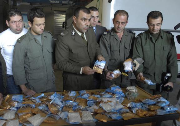 Des officiers des douanes libanais devant une saisie de Captagon, dans le port de Beyrouth, le 26 novembre 2007.