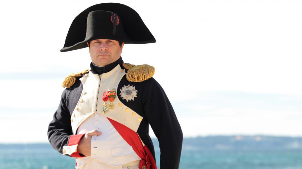 Frank Samson incarne Napoléon,le 1er mars 2015, sur la plage de Golfe-Juan, à Vallauris (Alpes-Maritimes), lors du bicentenaire du retour d'exil de l'île d'Elbe.