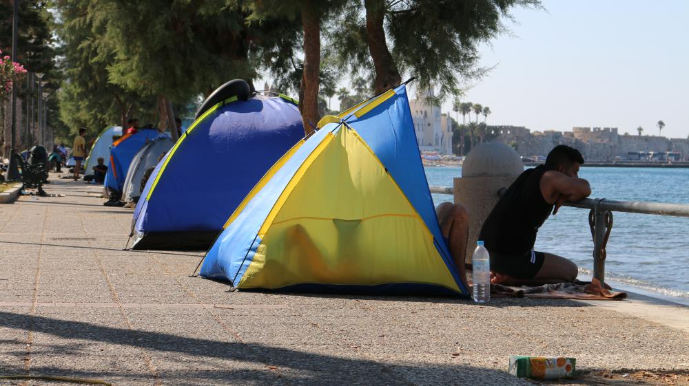 Un migrant regarde la mer, assis devant sa tente sur la promenade du front de mer, à Kos (Grèce), le 20 août 2015.