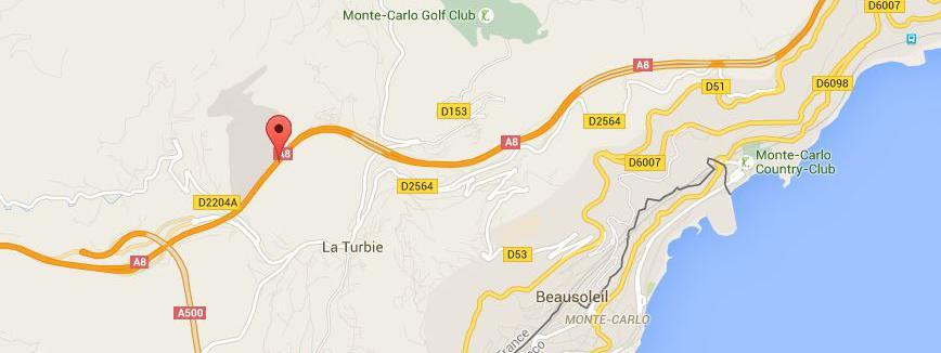 Un bus a percuté plusieurs véhiculessur l'A8 à la hauteur de La Turbie, jeudi 17 septembre 2015.