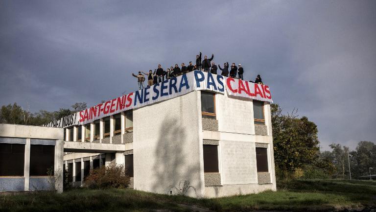 Des membres de Génération identitaires occupent un bâtiment qui doit accueillir un village de Roms, le 24 octobre 2015 àSaint-Genis-les-Ollières (Rhône).