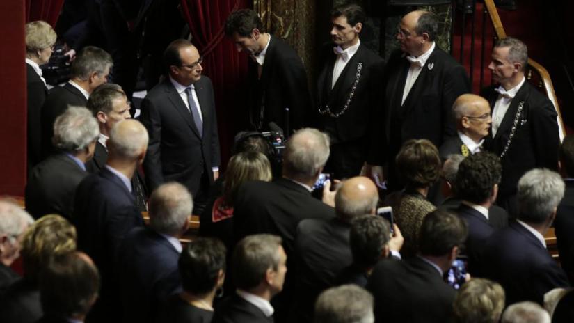 Le président François Hollande arrive dans la salle accueillant les parlementaires réunis en Congrès, le 16 novembre 2015, au Château de Versailles (Yvelines).