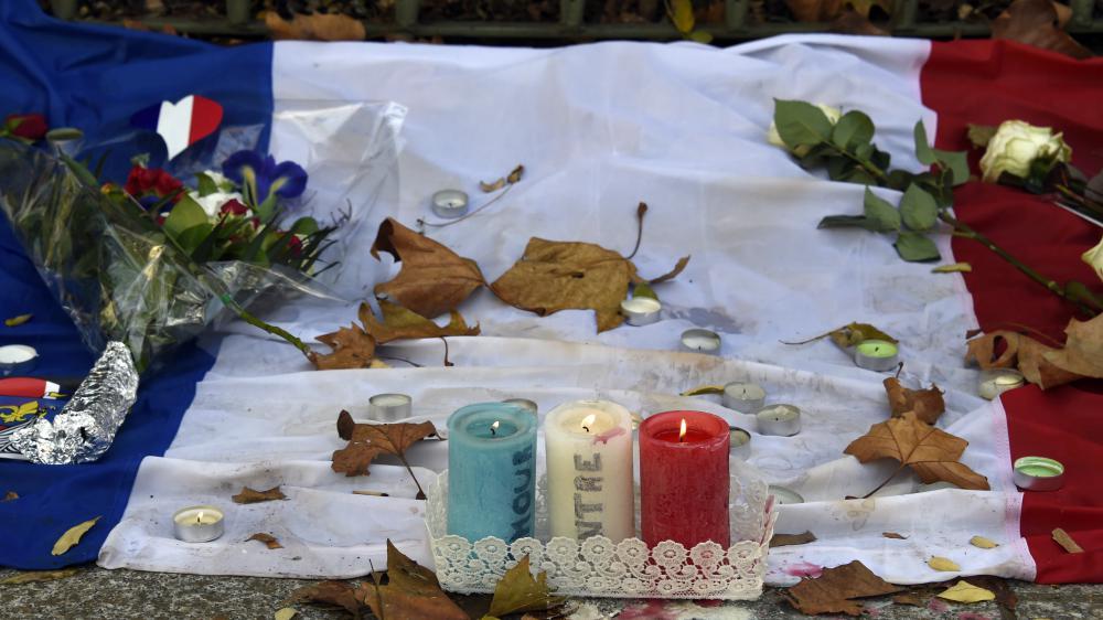 Des bougies, des fleurs et le drapeau français, déposés près du Bataclan, à Paris, le 18 novembre 2015.