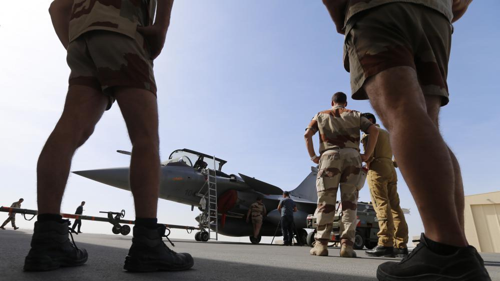 Des soldats français préparent un Rafale avant un raid aérien contre le groupe Etat islamique, mardi 17 novembre 2015.