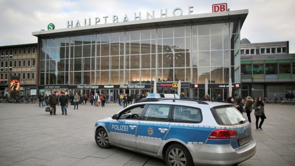 Une voiture de police devant la gare ferroviaire de Cologne (Allemagne), le 5 janvier 2016.
