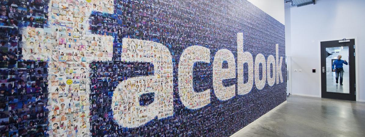 Le logo de Facebook, créé à partir de photos d'utilisateurs, est affiché sur le mur d'un bâtimentdu groupe à Lulea (Suède), le 7 novembre 2013.