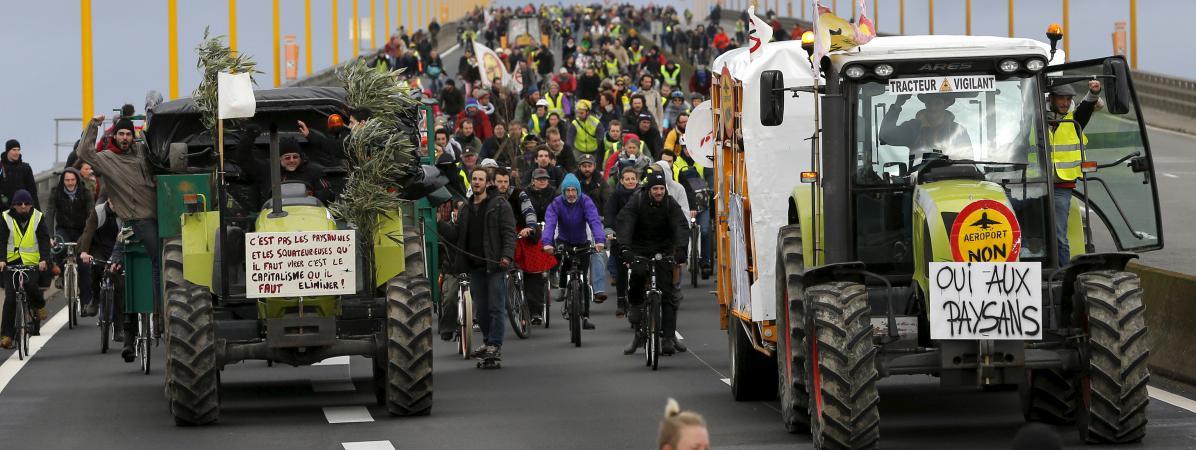 Des manifestants opposés au projet d'aéroport de Notre-Dame-des-Landes marchent sur un pont de Nantes (Loire-Atlantique), le 9 janvier 2016.