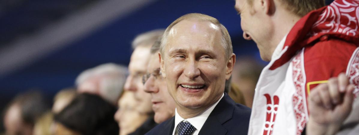 Le président russe, Vladimir Poutine, discute avec le double champion olympique de bobsleighAlexandre Zubkov, le 23 février 2014, lors de la cérémonie de clôture des JO d'hiver de Sotchi (Russie).
