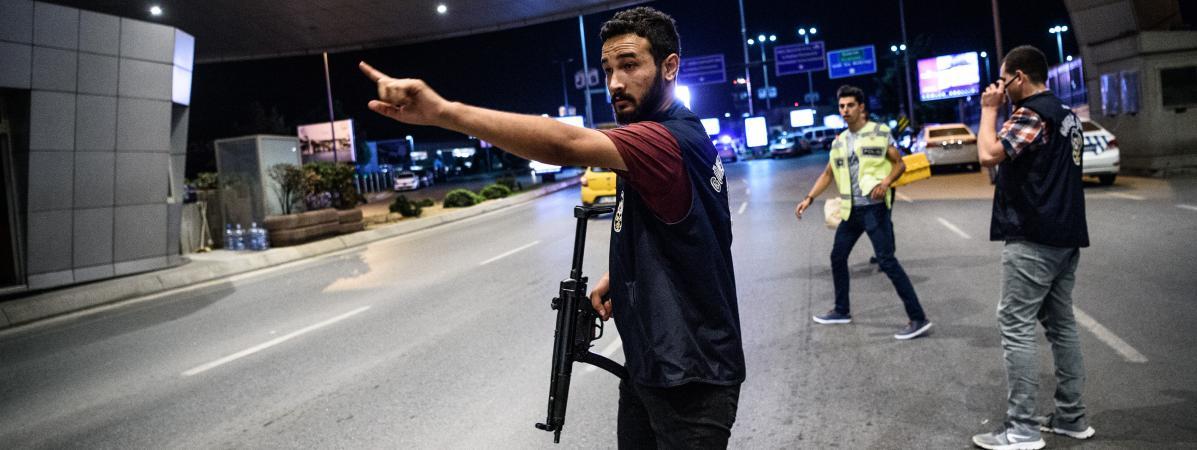 Un officier de police intervient à l'aéroport Atatürk après l'attentat du 28 juin 2016.