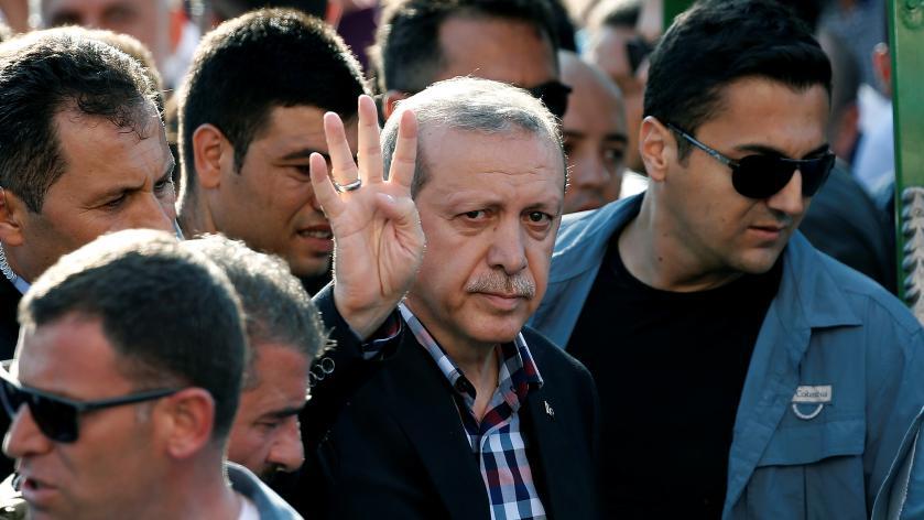 Le présidentRecep Tayyip Erdogan salue ses partisans, après les obsèques d'une des victimes du putsch militaire, à Istanbul (Turquie), le 17 juillet 2016.