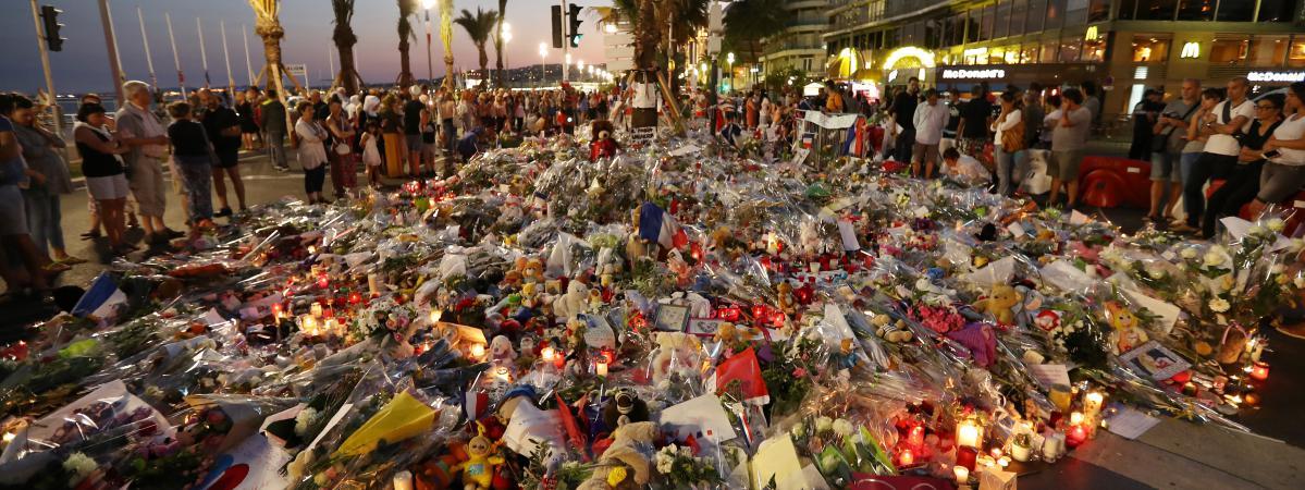 Des personnes rendent hommage aux victimes de l'attentat de Nice, le 18 juillet 2016, sur la promenade des Anglais à Nice (Alpes-Maritimes).