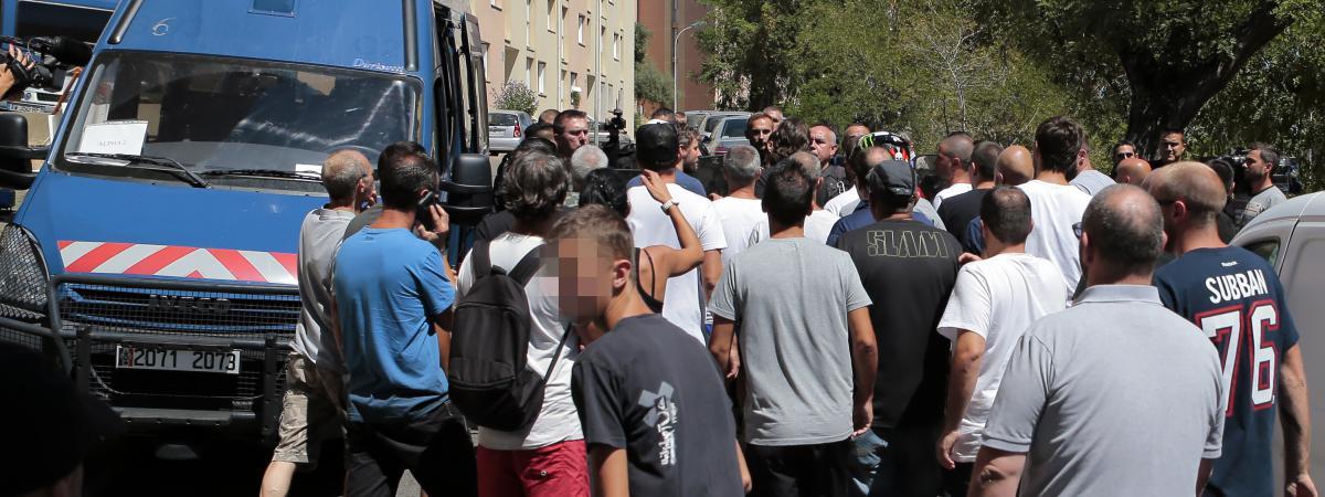 Des centaines de personnes ont défilé dans le quartier populaire de Lupino, à Bastia (Haute-Corse), le dimanche 14 août 2016, au lendemain de la rixe ayant eu lieu à Sisco.