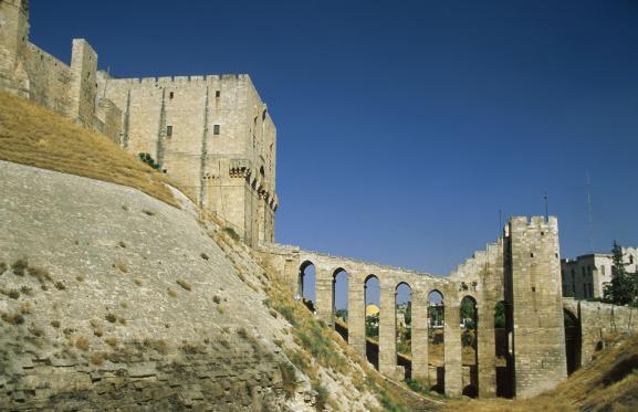 Le pont qui mène à la Citadelle d'Alep (Syrie), en 1997.