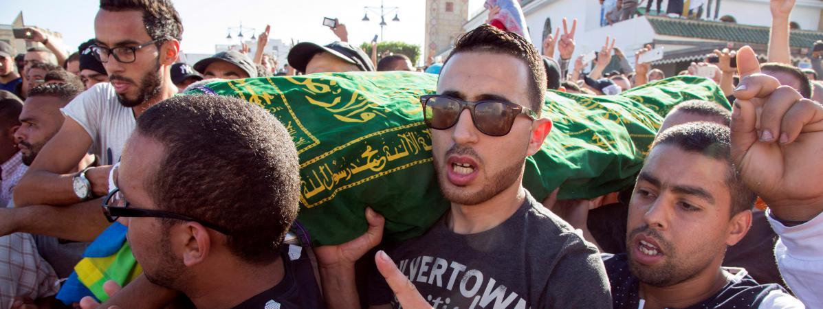 La foule transporte la dépouille de Mouhcine Fikri, poissonnier écrasé par une benne à ordures en s'opposant à la destruction de ses marchandises, le 30 octobre 2016 à Al-Hoceima (Maroc).