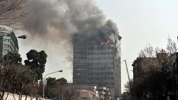 L\'immeuble était la proie des flammes avant son effondrement, le 19 janvier 2017 à Téhéran (Iran).
