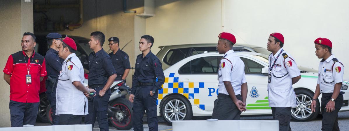 Des policiers malaisienssurveillent l\'entrée de l\'hôpital Putrajaya de Kuala Lumpur, où le demi-frère de Kim Jong-un a été transporté après avoir été attaqué à l\'aéroport, lundi 13 février 2017.
