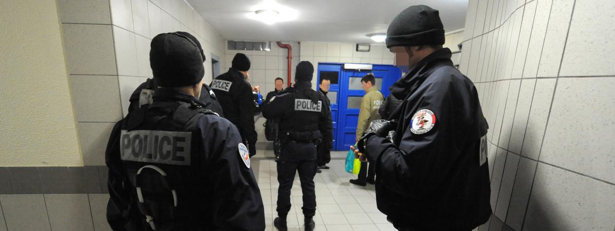 Des membres d\'une brigade spécialisée de terrain dans le quartier Villeneuve à Grenoble, le 6 janvier 2015.