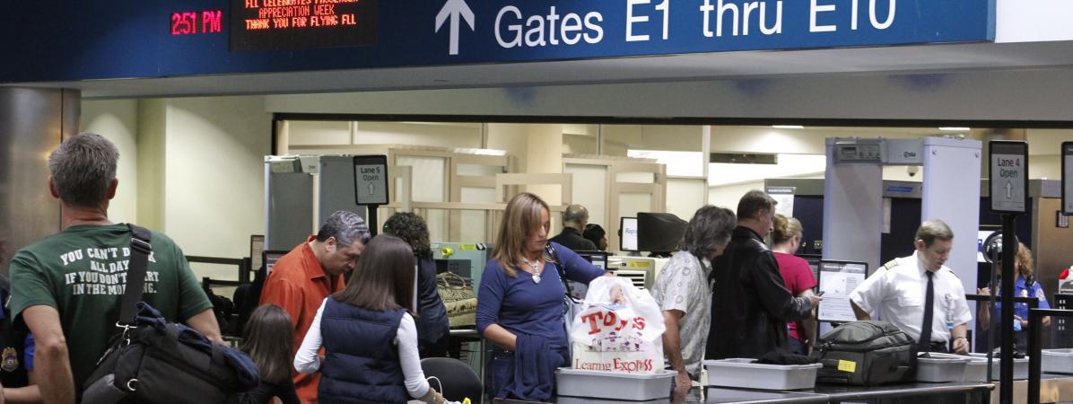 Des passagers sont contrôlés à l\'aéroport deFort Lauderdale (Floride, Etats-Unis), le 23 novembre 2010.