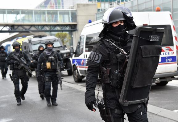 Des hommes du Raid à l\'aéroport d\'Orly (Val-de-Marne), le 18 mars 2017.