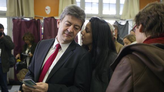 Jean-Luc Mélenchon et Sophia Chikirou, dans un bureau de vote à Paris lors du premier tour de l\'élection présidentielle, le 22 avril 2012.