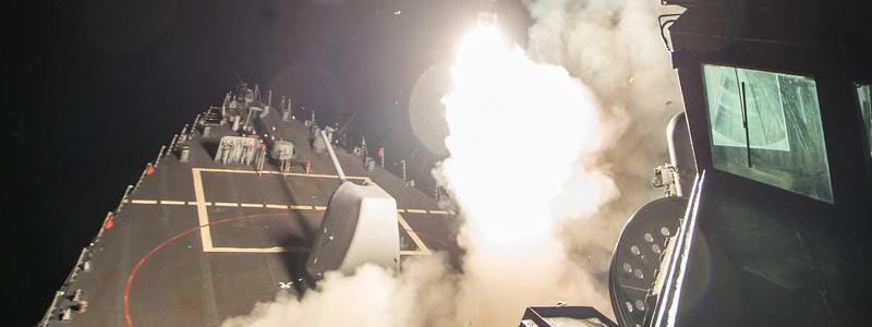 """Photo du Département de la défense américain d\'un lance-missiles \""""USS Ross\"""" frappantune base aérienne du régime syrien, vendredi 7 avril 2017."""