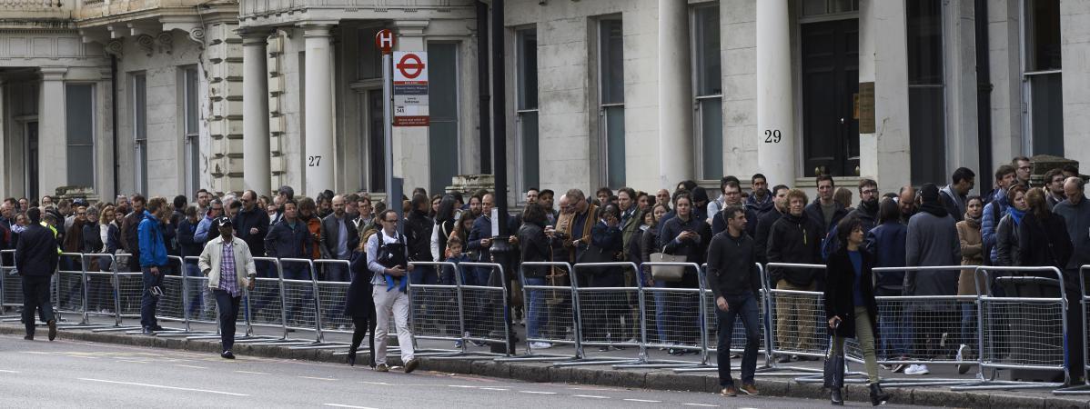 Les Français résidants à Londres, devant le bureau de vote pour la présidentielle, dimanche 23 avril 2017.