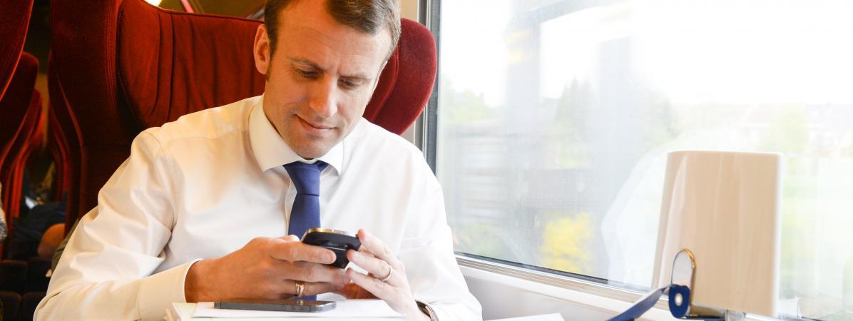 Emmanuel Macron, lorsqu\'il était ministre de l\'Economie, dans un train entre Bruxelles et Paris, le 29 avril 2015.