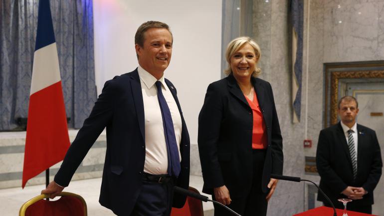 Nicolas Dupont-Aignan et Marine Le Pen, samedi 29 avril 2017 à Paris, lors de leur déclaration commune sur un accord de gouvernement entre Debout la France et le FN.