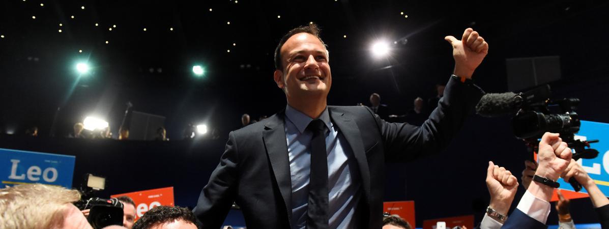 Leo Varadkar porté en triomphe après son élection à la tête duFine Gael, le 2 juin 2017, à Dublin (Irlande).