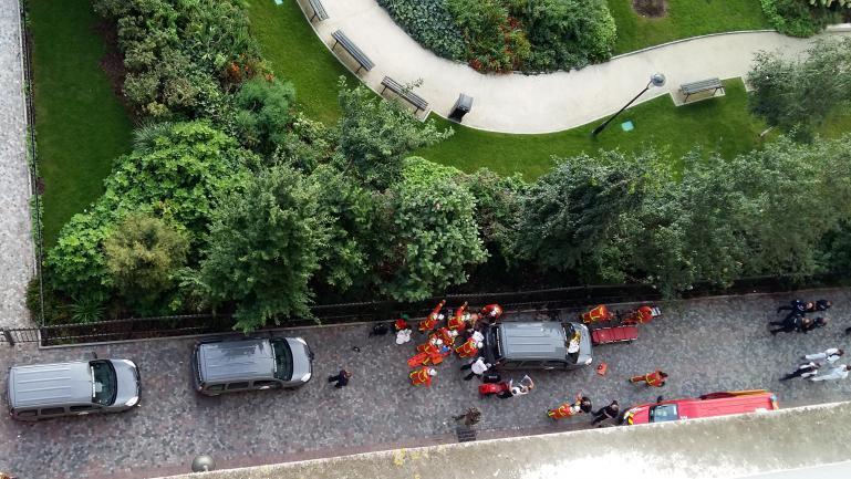 Des policiers et des pompiers sur les lieux où une voiture a renversé un groupe de militaires de l\'opération Sentinelle, à Levallois-Perret (Hauts-de-Seine), le 9 août 2017.