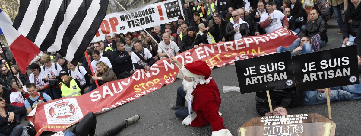 Le gouvernement veut mettre fin au régime social des indépendants (RSI) et compenser pour les indépendants la hausse de la CSG. Ici, lors d\'une manifestation contre le RSI à Paris en 2015.