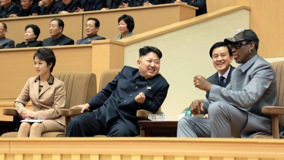 A Pyongyang, Kim Jong-un et l\'ancien basketteur Dennis Rodman assistent à un match entre Nord-Coréens et Américains.