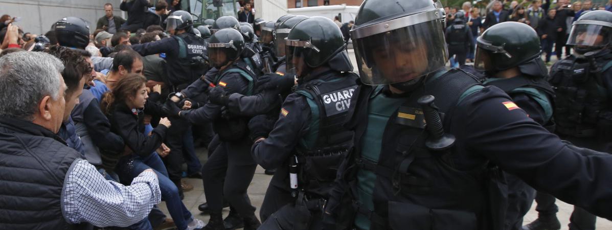 Des affrontements entre des policiers et des partisans pour l\'indépendance de la catalogne, le 1er octobre 2017.