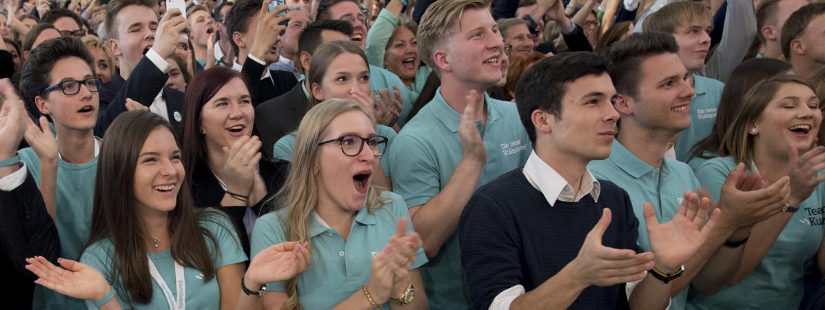 Des partisans du jeune conservateur Sebastian Kurz réagissent aux premiers résultats des législatives en Autriche, le 15 octobre 2017 à Vienne.