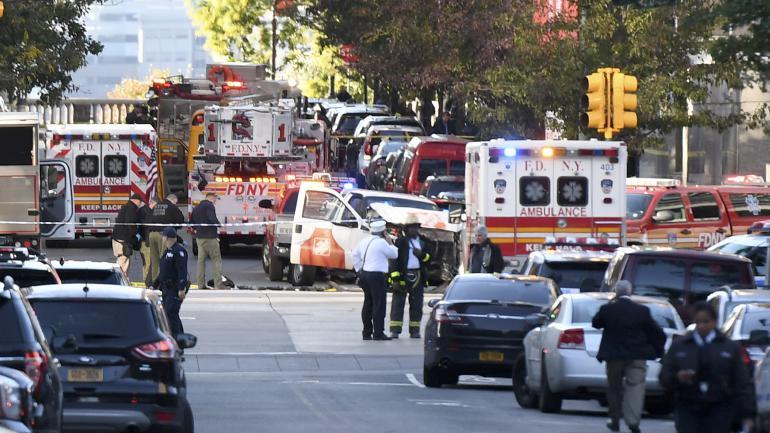 De nombreux policiers quadrillent la zone où un homme au volant de son véhicule a foncé sur des cyclistes dans le sud de l\'île de Manhattan, mardi 31 octobre.