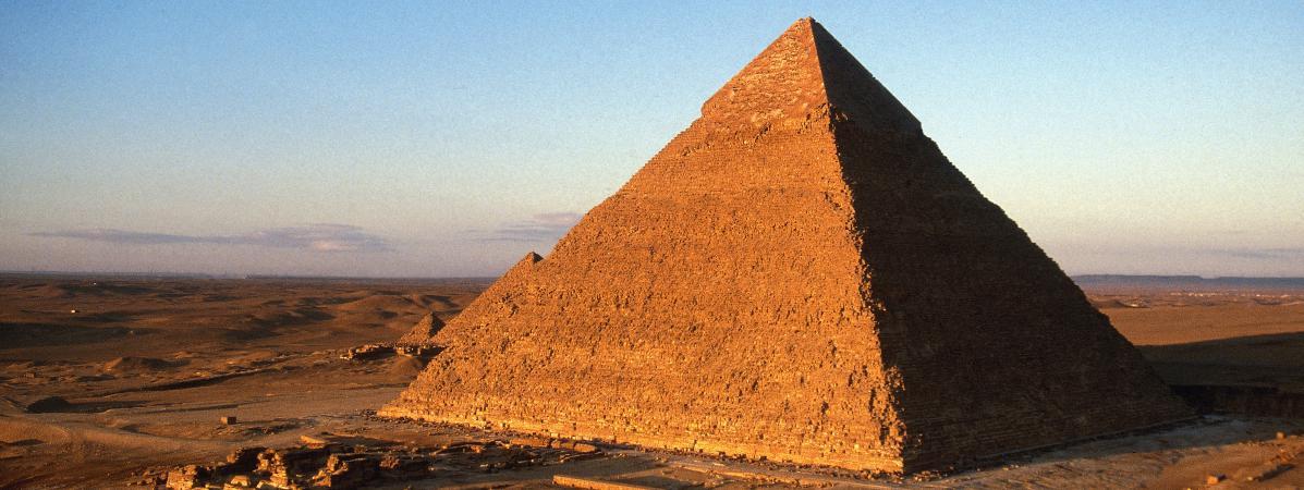 Vue aérienne de la pyramide de Gizeh, aussi appelée pyramide de Khéops, en Egypte.