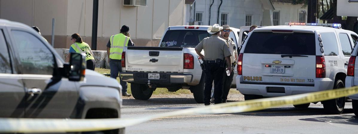 Des policiers devant l\'église First Baptist Churchde Sutherland Springs, au Texas (Etats-Unis), le 5 novembre 2017.