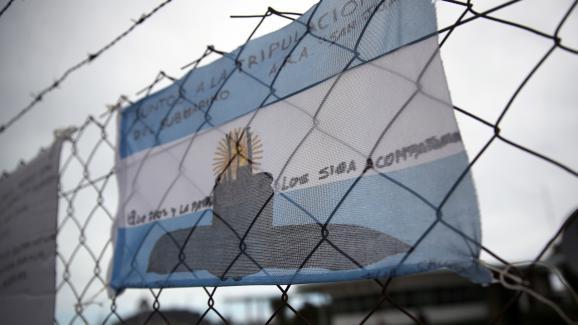 """Dessin représentant le sous-marin \""""San Juan\"""", accroché sur les grilles de la base navale de Mar del Plata, en Argentine, le 20 novembre 2017."""