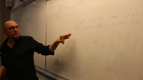 Jean-Michel Taliercio, de l'association Dans le genre égales, explique à des élèves de cinquième ce que signifie le terme