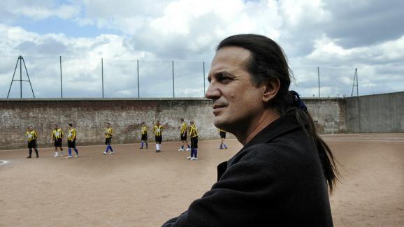 Francis Lalanne, président du club de Fresnoy-le-Grand, lors d\'un match entre son équipe et les détenus de la prison de Loos (Nord), le 14 août 2008.