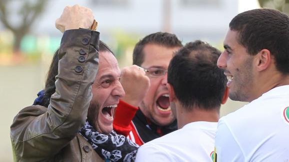 Francis Lalanne fête une victoire contre Roye-Noyon en Coupe de France avec les joueurs de son club de Fresnoy-le-Grand, le 29 septembre 2012.