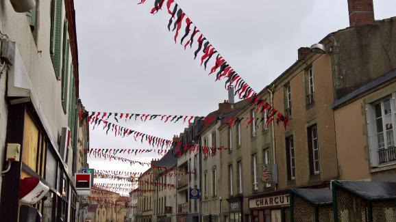 La ville des Herbiers a sorti les fannions pour la demi-finale de Coupe de France contre Chambly, mardi 17 avril.