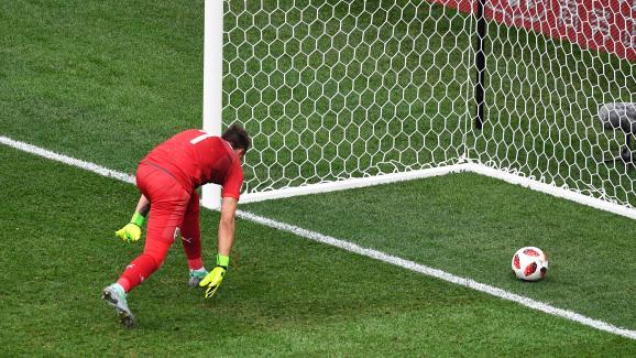 Le guardien uruguayen Fernando Muslera observe, dépité, le ballon entrer dans son but lors du quart de finale contre la France, vendredi 6 juin à Nijni Novgorod (Russie)